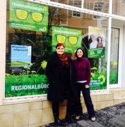 Pia Schellhammer und ihre Mitarbeiterin Christina Bitz vor dem Wahlkreisbüro in Oppenheim