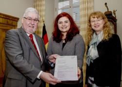 Von links: Landtagspräsident Joachim Mertes, Kommissionsvorsitzende Pia Schellhammer, Landtagsdirektorin Ursula Molka. Foto: Klaus Benz