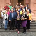 Blümchen für die Abgeordneten: die AWO Guntersblum mit Kathrin Anklam-Trapp und Pia Schellhammer vor dem Eingang zum Landtag am 28.05.2015