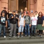 Vor dem Eingang zum Landtag: Klassenstufe 10 des DRK Berufsbildungswerks Worms mit der Landtagsabgeordneten Pia Schellhammer (rechts)
